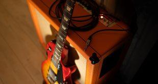 E-Gitarre und Verstärker - Verstärker brummt