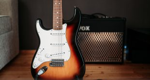 E-Gitarre lehnt an Mini-Röhrenverstärker